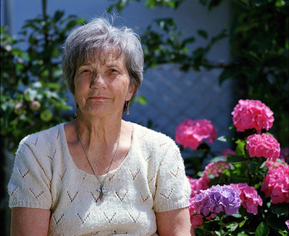 femme senior : bien choisir sa mutuelle pour rembourser les soins de santé